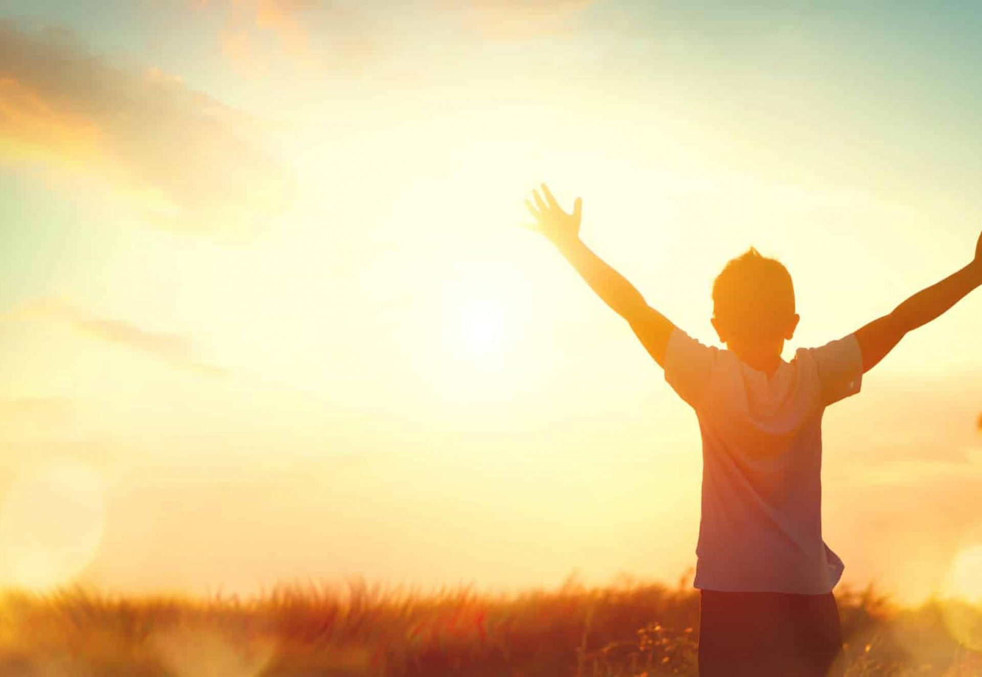 Enfant levant les bras